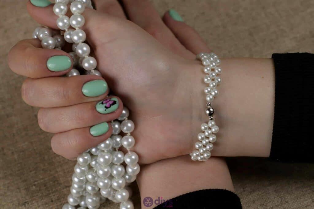 DIY-Elegant-White-Beads-Bracelet